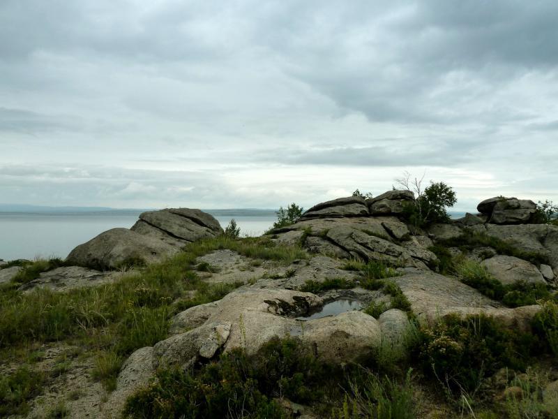 20130603. Скалистый правый берег Бухтарминского водохранилища, вид на север.
