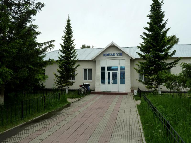 20130604. У Большенарымской гостиницы.