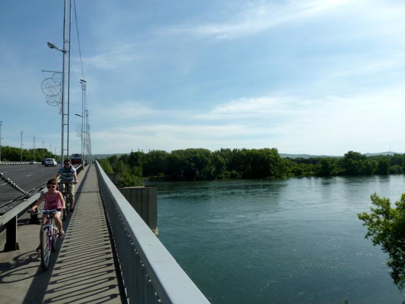 20130608. На тротуаре усть-каменогорского моста через реку Иртыш.