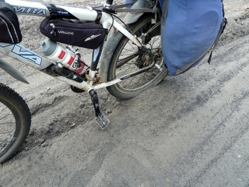 """20130610. Типичное дорожное """"покрытие"""" в сосновом бору на песчаных буграх."""