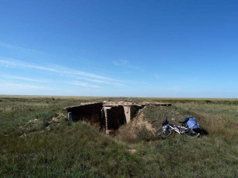 """20130907. Заброшенный жилой """"бункер"""" в местности между Евгеньевкой, Калкаманом и Майкаином."""