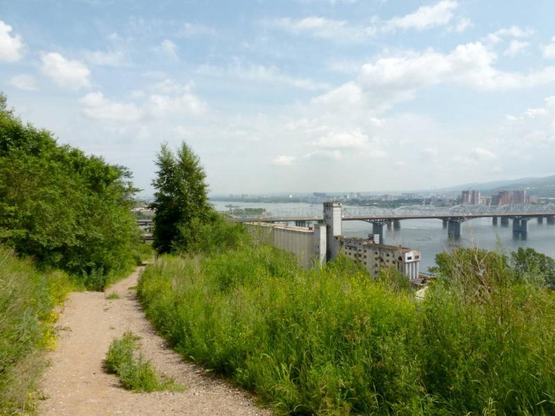 20200628. Красноярск. Дорожка на крутом склоне близ Николаевского моста.