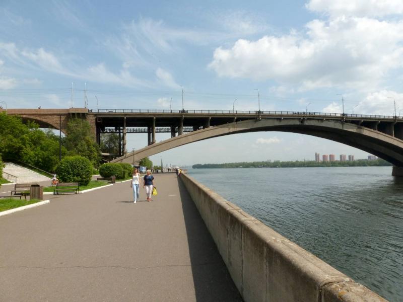 20200628. Красноярск. Набережная вдоль Енисея, пролегающая под Коммунальным мостом.
