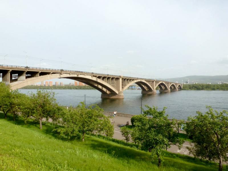 20200628. Красноярск. Вид с улицы Дубровинского на Коммунальный мост через реку Енисей.