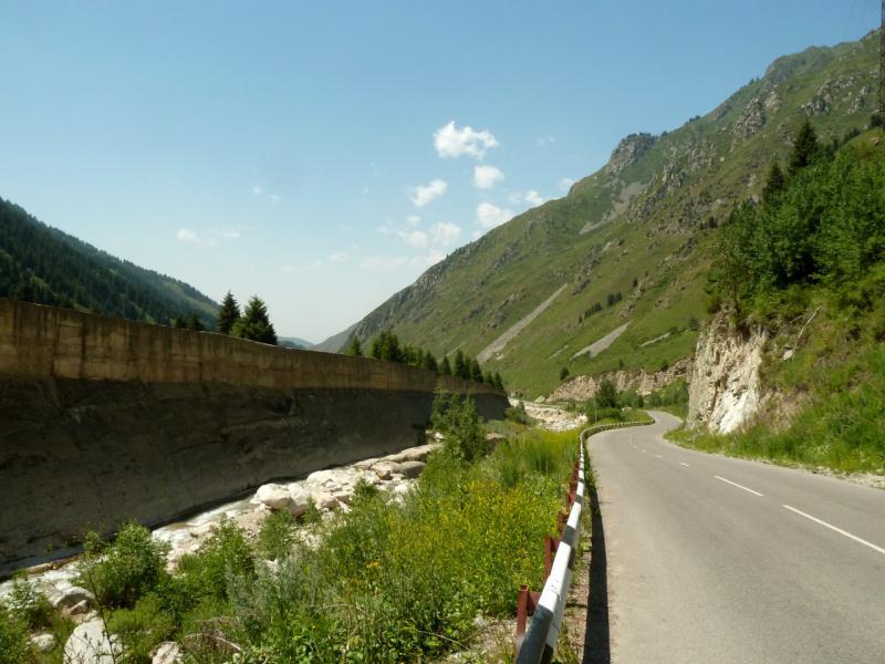 20140715. Вдоль плотины мини-ГЭС на речке Большая Алматинка.