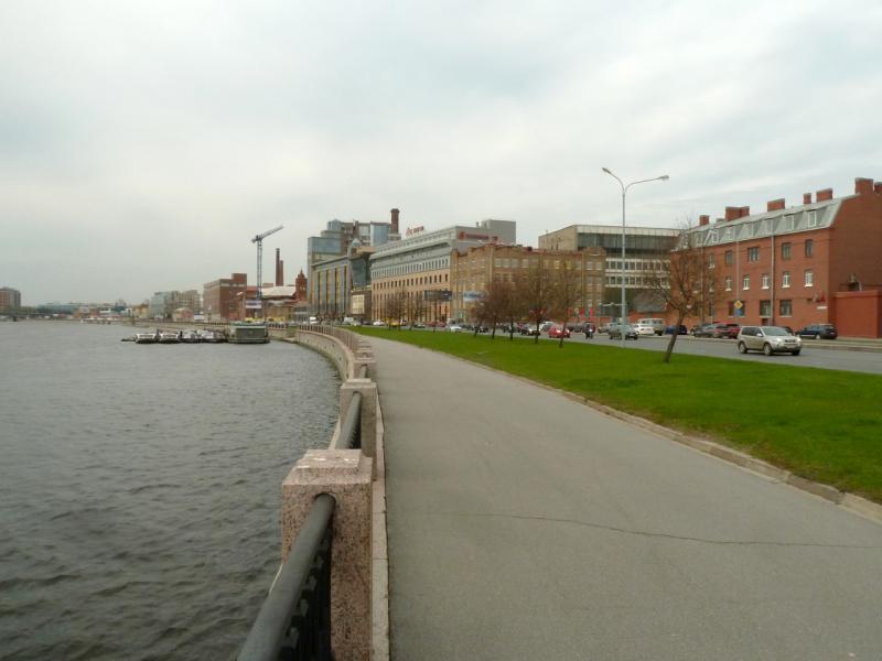 20150507. Санкт-Петербург. На набережной реки Большая Нева, в восточной части Петроградской стороны.